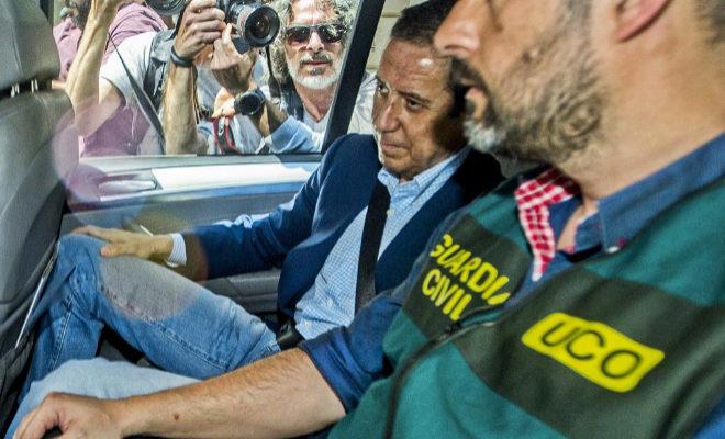 El ex ministro de Trabajo y ex presidente de la Generalitat, Eduardo Zaplana, el día que fue detenido en Valencia.