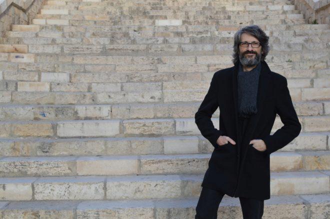Pablo Auladell, en la céntrica escalinata de la avenida del General Marvá de Alicante.