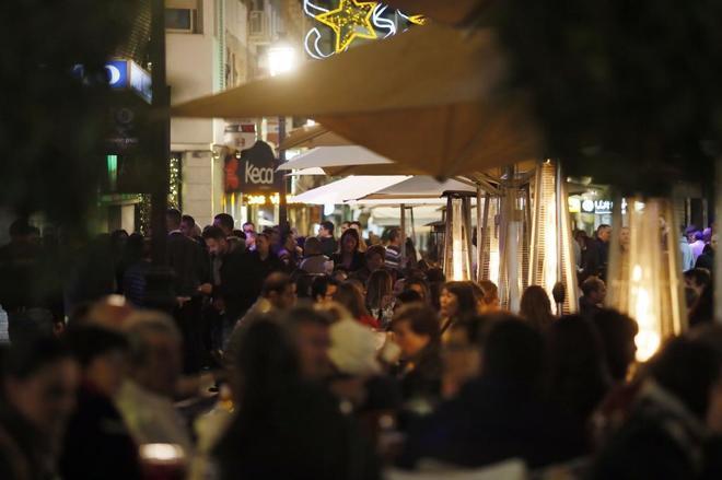 Zona de terrazas llena de gente en la calle castaños, el epicentro del 'tardeo'.