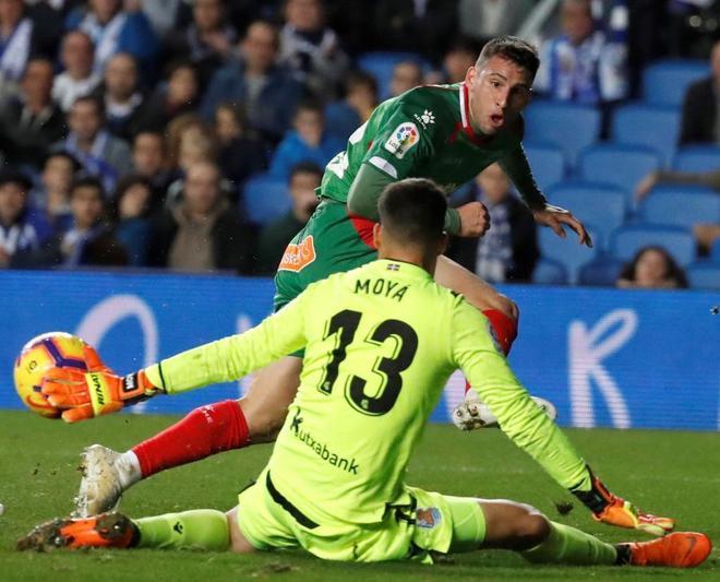 Jonathan Calleri dispara ante Moyà en el Real Sociedad - Alavés.