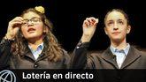 Imagen de dos de las niñas de San Ildefonso en el sorteo de la...
