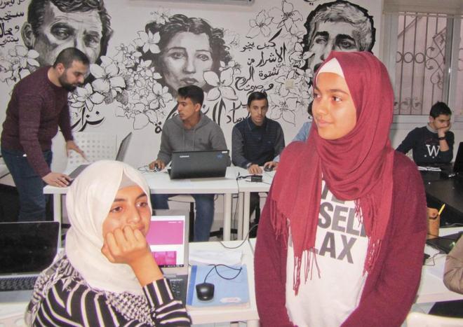Alumnos de la Fundación Karam House, en uno de los seminarios que imparte la ONG en Reyhanli.