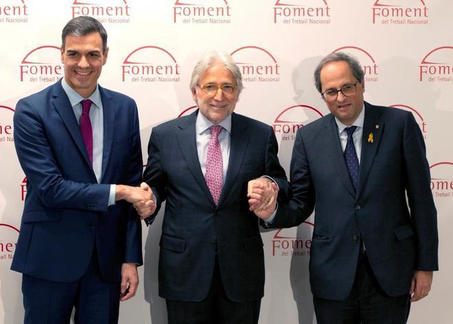 El presidente del Gobierno, Pedro Sánchez, da la mano al de la patronal catalana, Josep Sánchez Llibre, y a Quim Torra durante su última visita a Cataluña.