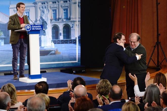 Pablo Casado observa al presidente de la Junta de Castilla y León, Juan Vicente Herrera, abrazando al candidato del PP, Alfonso Fernández Mañueco, en Palencia.