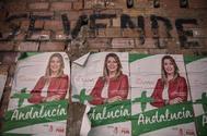 Carteles electorales de Susana Díaz en un local tapiado en El Cuervo, Sevilla.