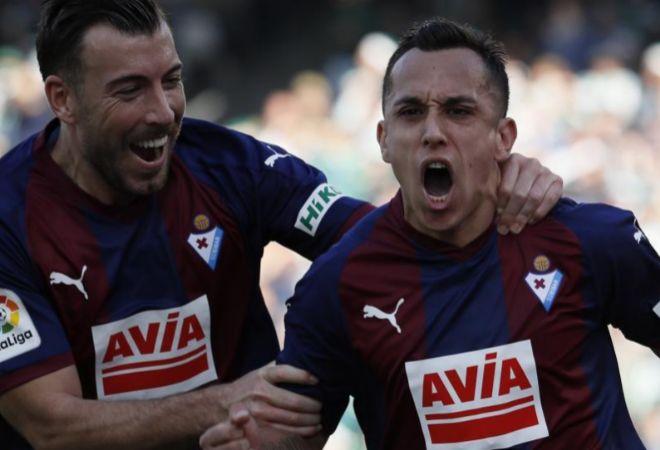 Fabián Orellana celebra su gol ante el Betis.