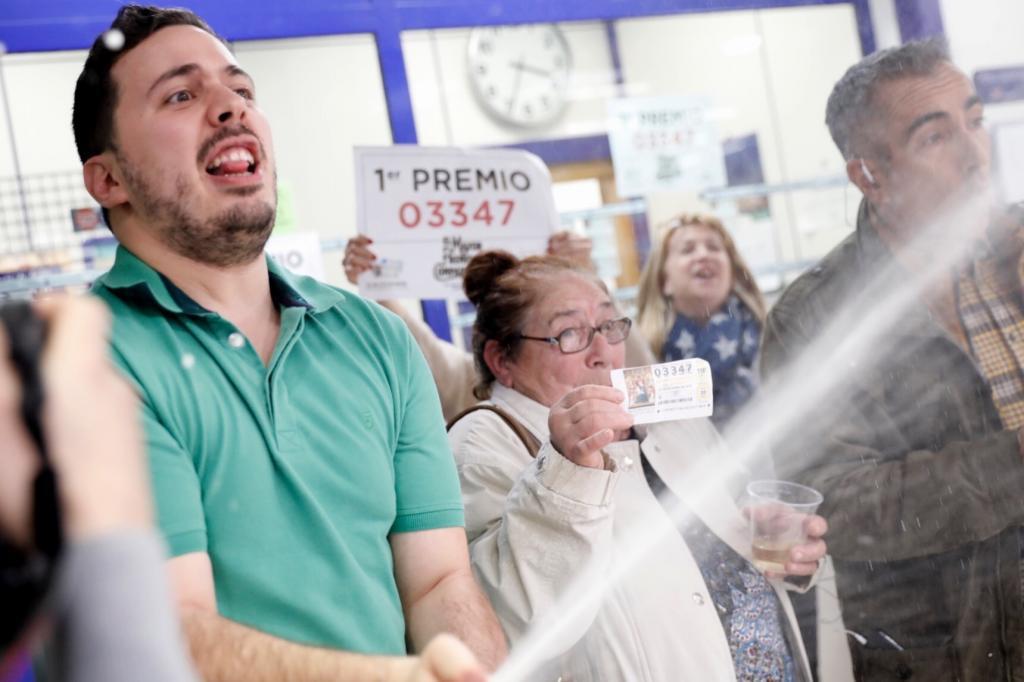 Gloria, una de las afortunadas, celebra en la administracion numero 8 de Cuenca.