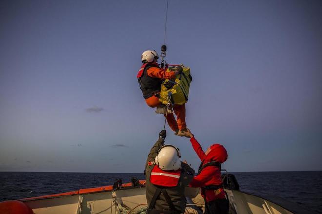 Un equipo de rescate de Malta evacua en una cesta a un bebé y a su...
