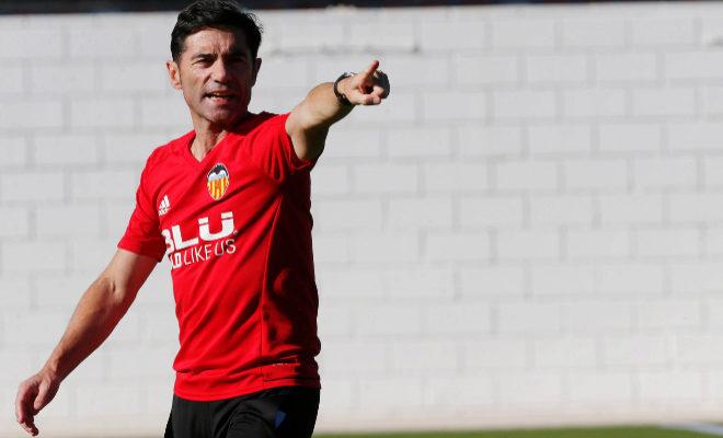 El técnico del Valencia, Marcelino, da instrucciones durante un entrenamiento.