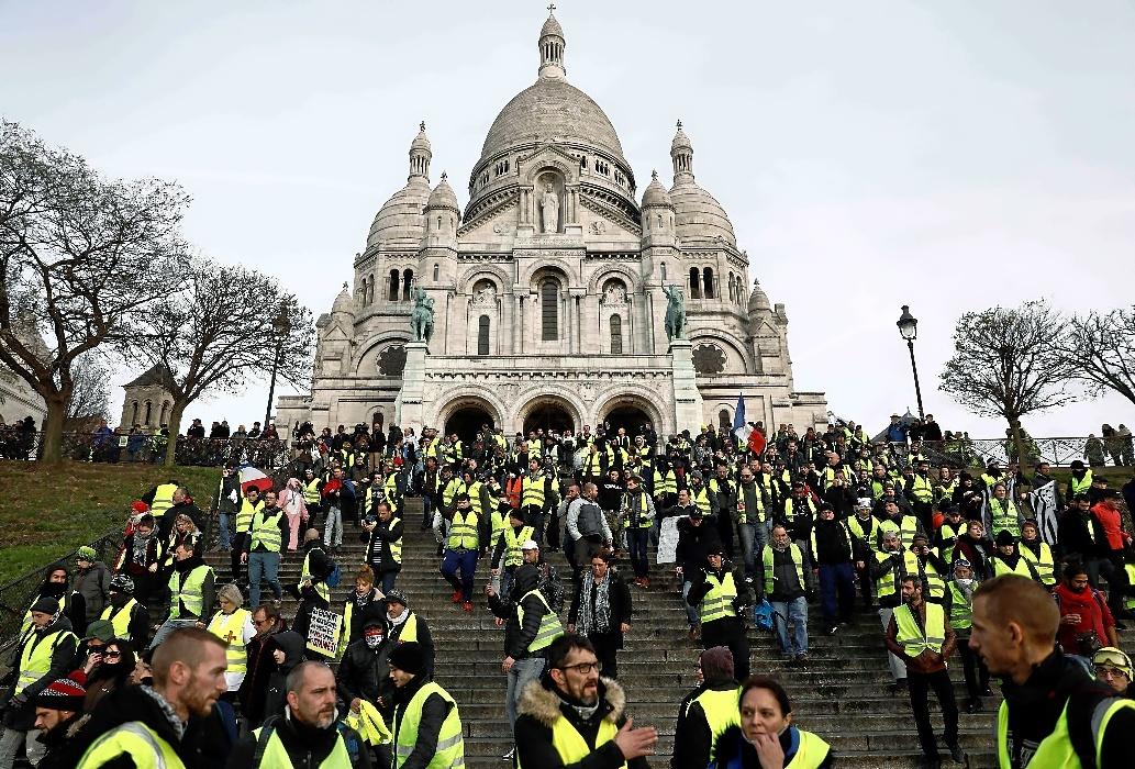 'Chalecos amarillos' protestan en Montmartre, el sábado en París.
