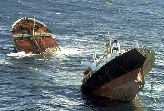 El petrolero 'Prestige' se hunde frente a la costa gallega el 19 de...