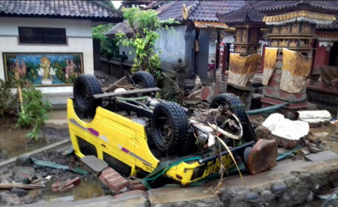 BNPB001. Anyer (Indonesia), 23/12/2018.- A handout photo made available by the Indonesia's national disaster management (BNPB) shows a ruined car that was rolled over after a tsunami hit Sunda Strait, in Anyer, Banten, Indonesia, 23 December 2018. According to BNPB, at least 43 people dead and 584 others have been injured. EFE/EPA/BNPB / HANDOUT HANDOUT EDITORIAL USE ONLY/NO SALES