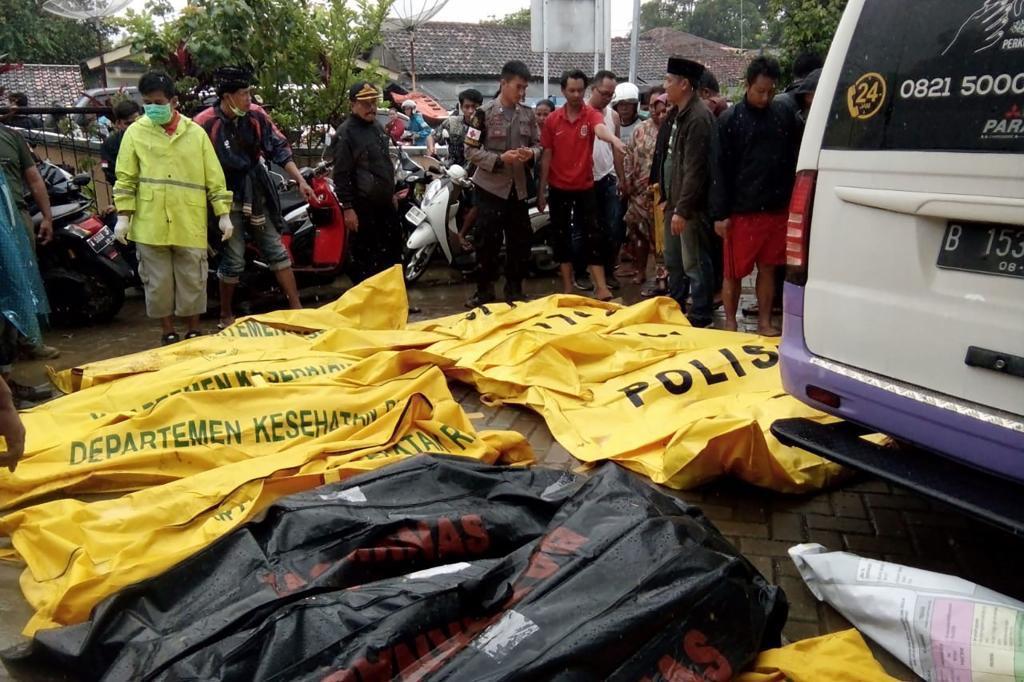 Los equipos de emergencia con ayuda de maquinaria pesada tratan de encontrar a posibles supervivientes entre los escombros, y recomiendan a la población local evitar acercarse a las costas.