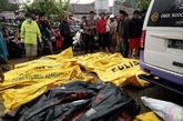 Los equipos de emergencia con ayuda de maquinaria pesada tratan de...