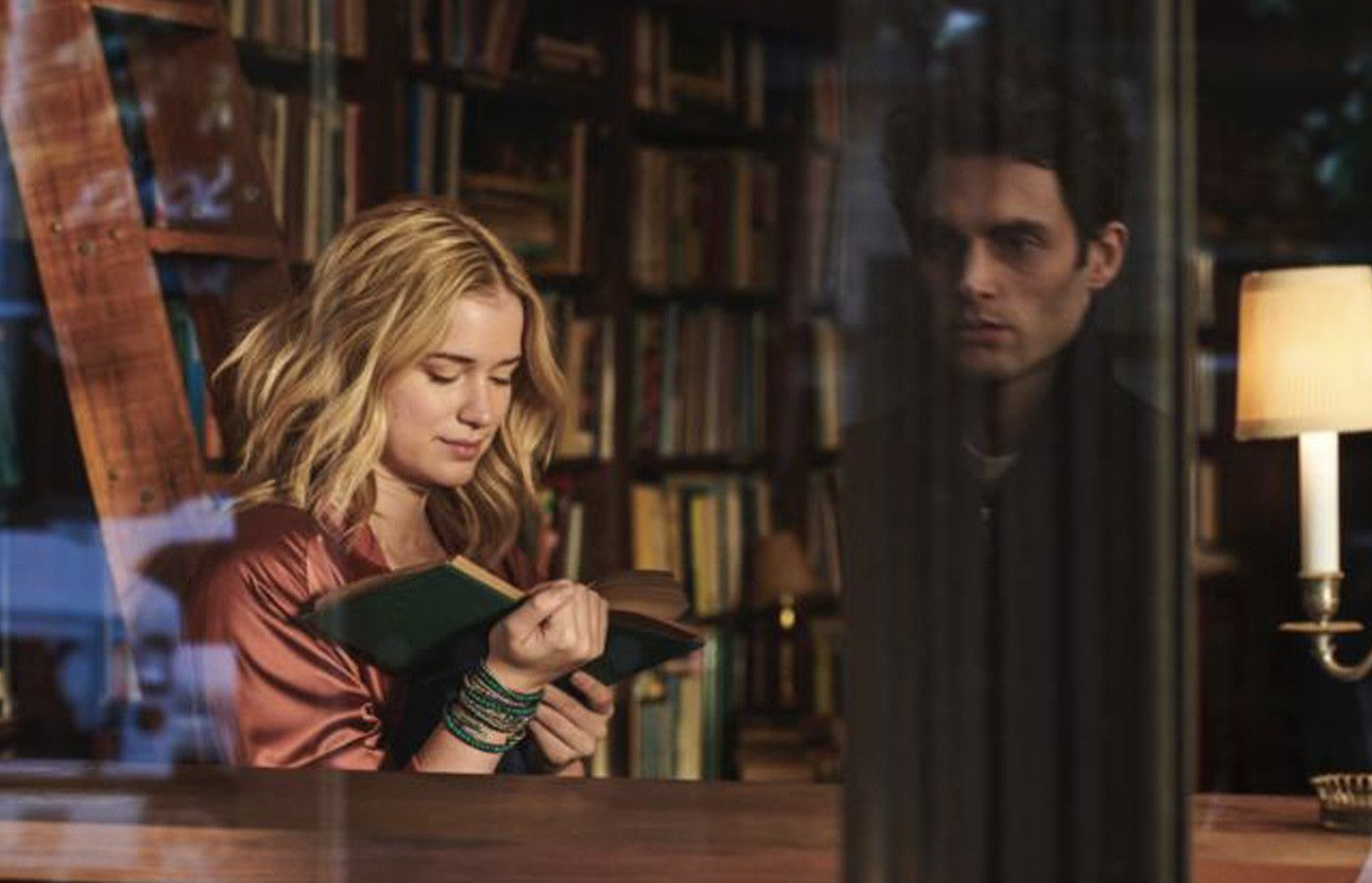 Penn Badgley y Elizabeth Lail en una escena de You