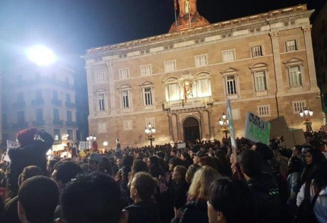 Protesta de la noche del sábado en Barcelona ante el Ayuntamiento