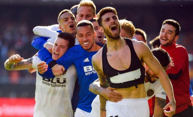 Piccini celebra el tanto de la victoria ante el Huesca en el partido disputado en Mestalla.