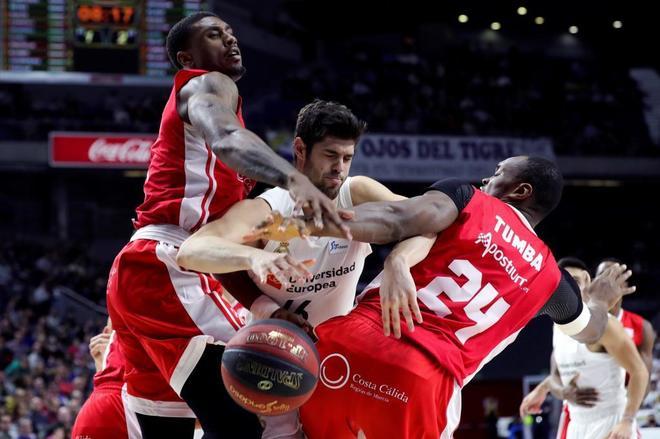 Yusta pelea con Soko y Kevin Tumba durante el partido.