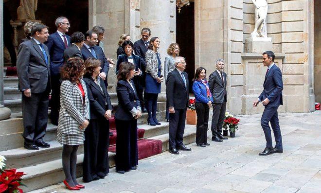 El presidente del Gobierno, Pedro Sänchez, junto a los miembros de su...