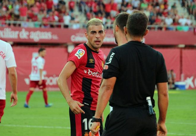 Carlos Castro hablando con el árbitro en el partido ante Osasuna de esta temporada.
