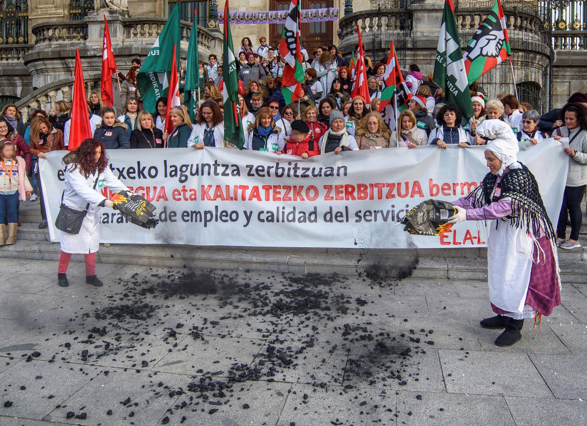 Las empleadas de ayuda domicilio durante la marcha que han realizado esta mañana en Bilbao.