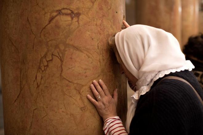Una peregrina cristiana reza en la Iglesia de la Natividad, en Belén.