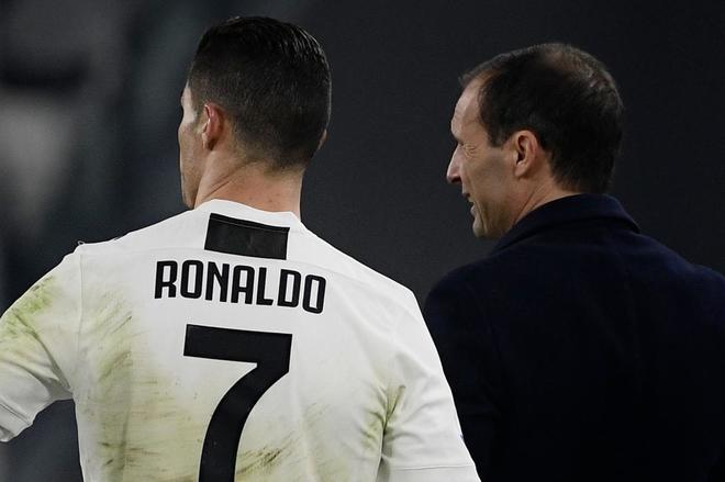 Cristiano Ronaldo (izda) habla con Allegri, durante un partido de la Serie A.