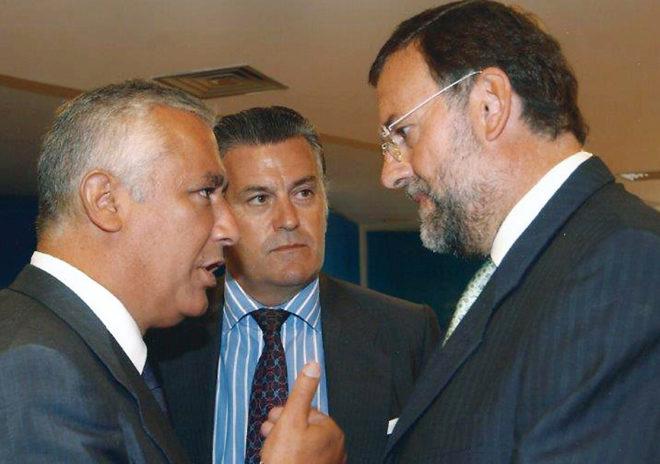 Javier Arenas y Mariano Rajoy conversan en presencia de Luis Bárcenas.