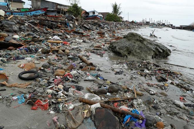Escombros y restos cerca de al orilla tras el paso del tsunami en Sumur, en Indonesia.