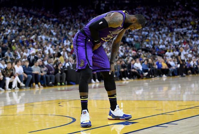LeBron James, dolorido, durante el partido contra los Warriors.