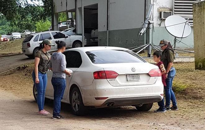 Imagen de la policía argentina en la que aparece la mujer argentina y su hijo