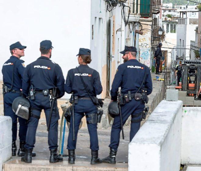 Agentes del Cuerpo Nacional de Policía en el barrio de sa Penya, en la isla de Ibiza.
