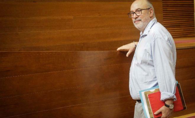 El conseller Alcaraz, en las Cortes Valencianas.