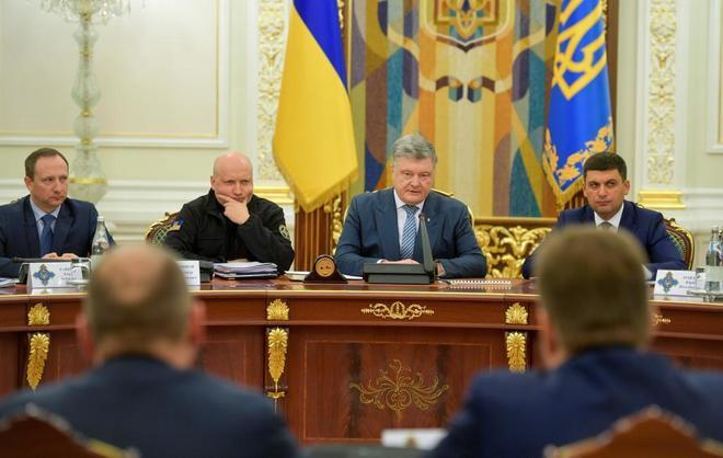 El presidente Poroshenko, en una reunión con el gabinete de Defensa ucraniano, este miércoles.