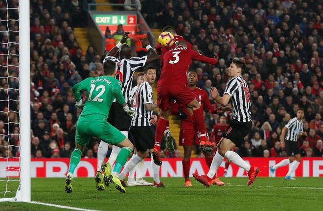 Fabinho marca el cuarto gol del Liverpool frente al Newcastle.