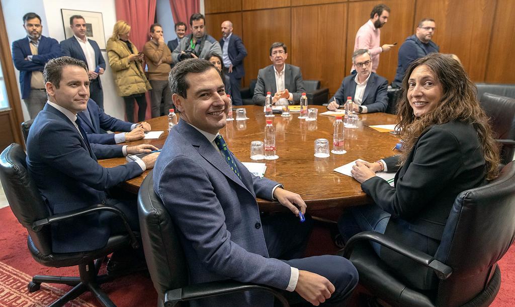 Los equipos negociadores de PP y Cs, encabezados por Juanma Moreno y...