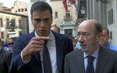 El presidente del Gobierno, Pedro Sánchez, conversa con el ex...