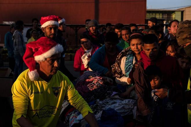 Integrantes de la Caravana Migrante celebran la Navidad en la frontera de México con EEUU.