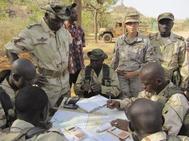 Tropas españolas entrenan a soldados del ejército maliense en la base de Koulikoro.