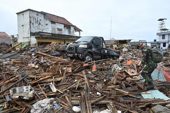 Un soldado camina entre los escombros de Sumur, una localidad afectada por el tsunami.