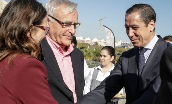 Mónica Oltra saluda a Eduardo Zaplana en presencia de Joan Ribó en el XX aniversario de El Mundo en la Comunidad Valenciana.