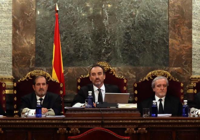 El magistrado Manuel Marchena, en el centro, preside el tribunal , al inicio de las cuestiones previas del jucio por el procés