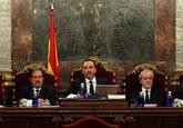El magistrado Manuel Marchena, en el centro, preside el tribunal , al...