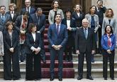 El presidente del Gobierno, Pedro Sánchez, en el centro, rodeado por...