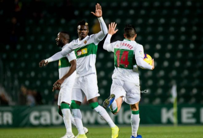Los jugadores del Elche celebran un gol.