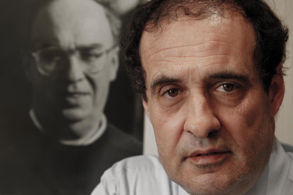 José María Múgica ante un retrato de su padre, asesinado por ETA.