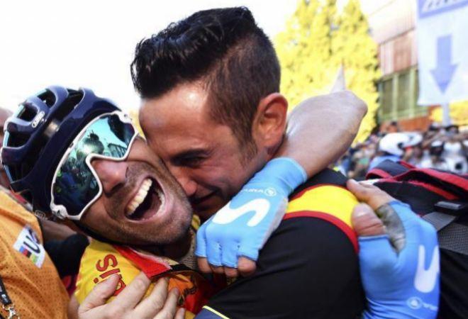 Valverde, emocionado, es felicitado por su masajista Juan Carlos Escámez tras conquistar el Mundial.
