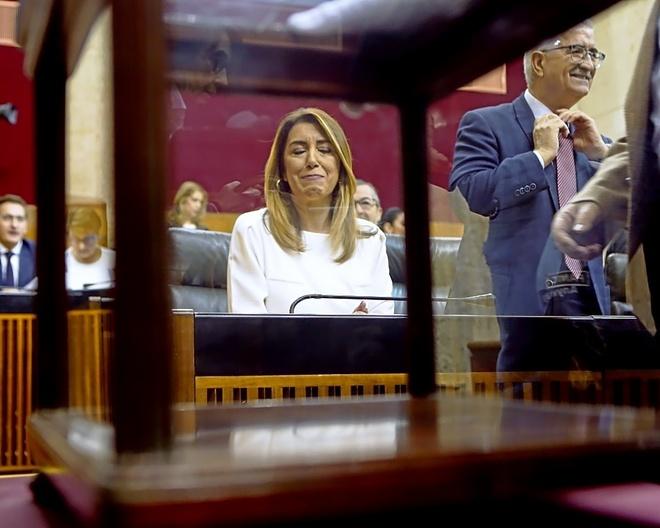 Susana Díaz, tras la urna de las votaciones en durante la sesión...