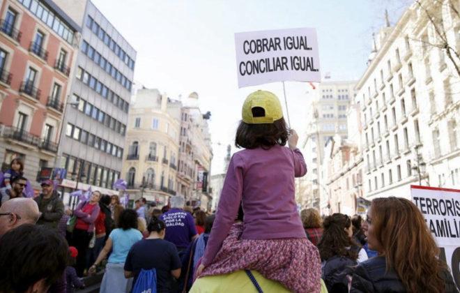 Una niña sostiene una pancarta durante la manifestación del 8-M en Madrid.