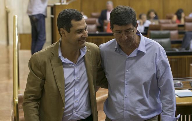 Los portavoces de los grupos parlamentarios del PP-A, Juanma Moreno, y de Ciudadanos, Juan Marín.